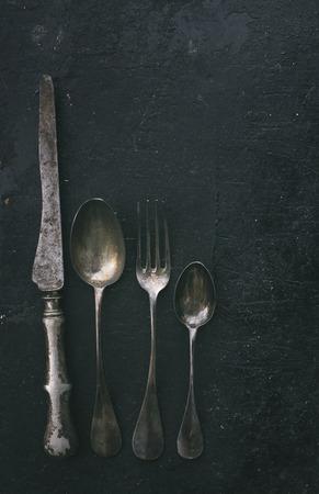cuchillo: los cubiertos de la vendimia en el fondo rústico negro. Filtro retro. Foto de archivo