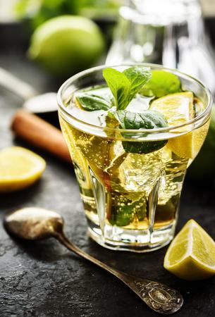 cocteles: mojito y los ingredientes en la tabla oscuro