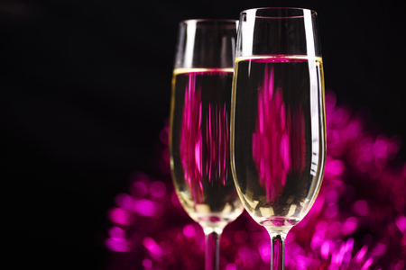 rosa negra: Two champagne glasses in front of purple sparkling background