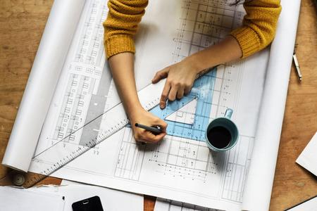 femme dessin: Vue de dessus de l'architecte dessin sur le projet architectural Banque d'images