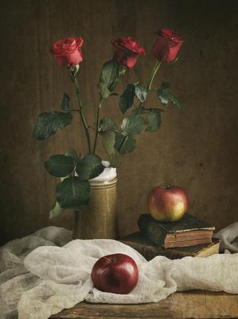 rosas rojas: Todavía vida con las rosas rojas y manzanas. Foto de archivo