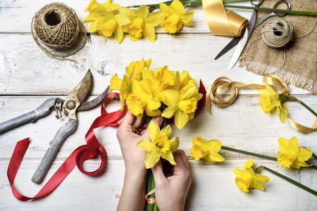 水仙の花束を作る女性