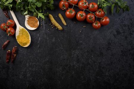Voedselingrediënten en verschillende kruiden op zwarte rustieke achtergrond Stockfoto - 56463387