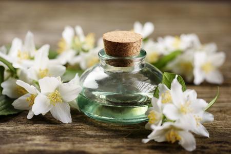 소박한 나무 테이블에 재 스민 꽃과 아로마 오일 스톡 콘텐츠