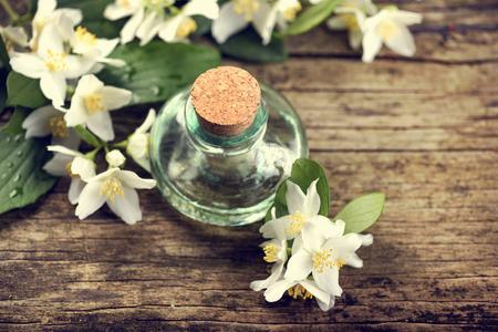 소박한 나무 테이블에 재 스민 꽃과 에센셜 오일 스톡 콘텐츠