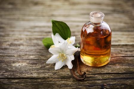 Essentiële olie met jasmijn bloem en vanille Stockfoto - 58489293
