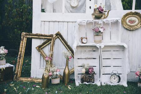 Decorazione di still life dell'annata per il ricevimento di nozze. Concetto di matrimonio e amore in stile retrò. Sistemazione nuziale. Archivio Fotografico - 72761123