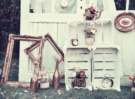 Decoración de la vendimia vida sigue para la recepción de la boda. El matrimonio y el concepto de amor en estilo retro. arreglo de novia. Foto de archivo - 75448098