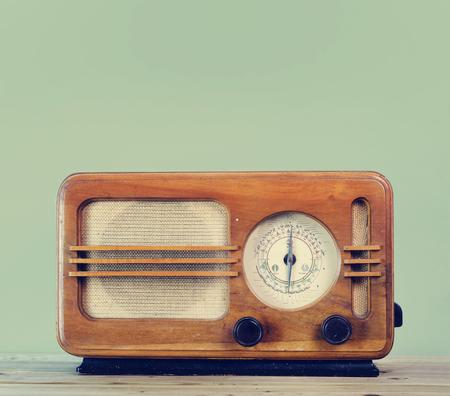 Old style vintage radio over retro mint background with copyspace design. Standard-Bild