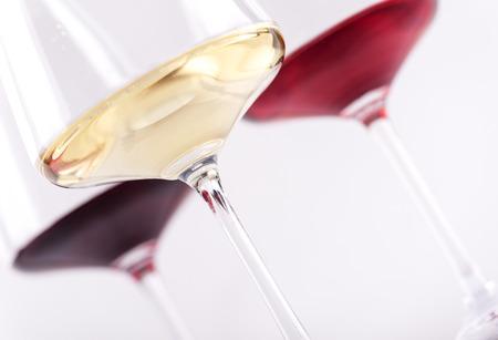 Close-up van glas drie rode, roze en witte wijn die over witte achtergrond wordt geïsoleerd. Wijnkaart menu ontwerp met copyspace. Stockfoto