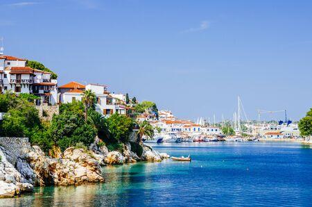 Old town view of Skiathos island, Sporades, Greece. Greek traditional architecture and aegean sea. Popular summer holiday destination scene. Banco de Imagens