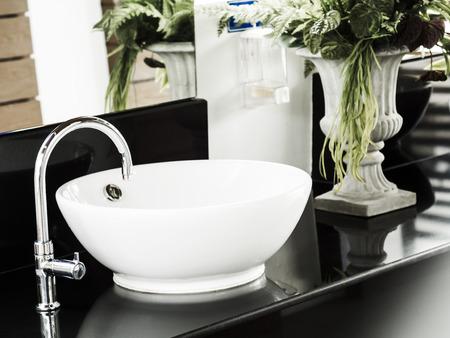 Badezimmer Interieur mit weißen Waschbecken und Wasserhahn