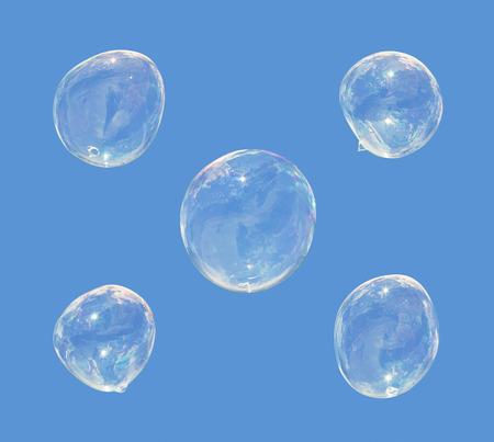 burbujas de jabon: cinco burbujas de jab�n aislado sobre fondo azul