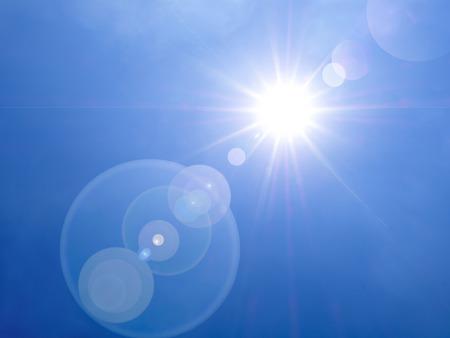 słońce: obiektyw pochodni w godzinach popołudniowych na tle niebieskiego nieba Zdjęcie Seryjne