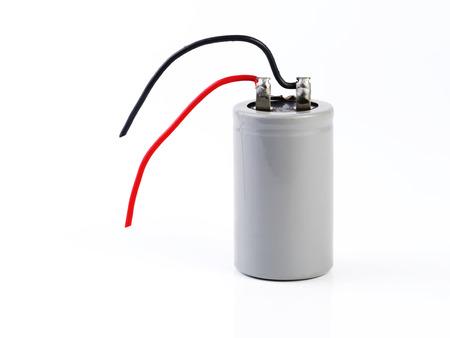 electrolytic: condensador grande, componente electr�nico aislado en fondo blanco