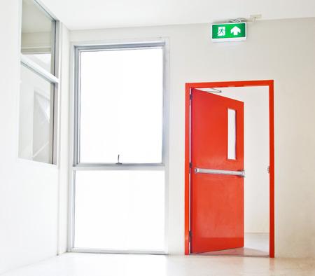 出口標識、赤いドアの白に開口部を持つ建物の非常口
