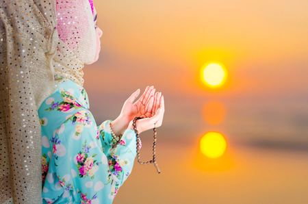 young muslim woman praying for Allah, muslim God Banque d'images