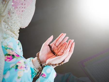 orando: joven mujer musulmán orando por Alá, Dios musulmán Foto de archivo