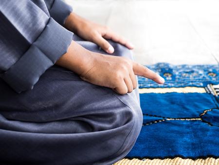 moslim kind bidden voor Allah, moslim God Stockfoto