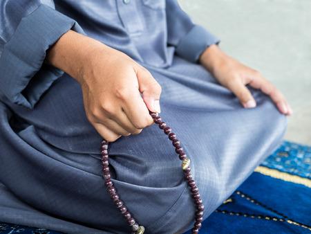 ni�o orando: ni�o musulm�n orando por Al�, Dios musulm�n, luz suave a�adi�