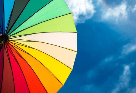 bunten Regenschirm Segmente auf blauen Himmel Hintergrund