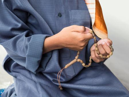 ni�o orando: ni�o musulm�n orando por Al�, Dios musulm�n Foto de archivo