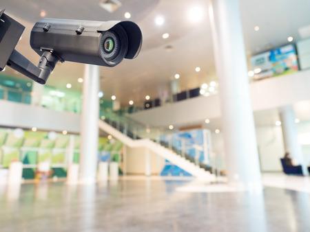 při pohledu na fotoaparát: Bezpečnostní CCTV kamery nebo monitorovací systém v budově úřadu