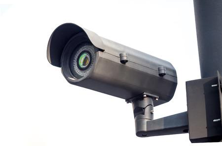 Cctv installierte auf dem Pfosten im Sicherheitssystem im Freien auf Weiß Standard-Bild - 51194478