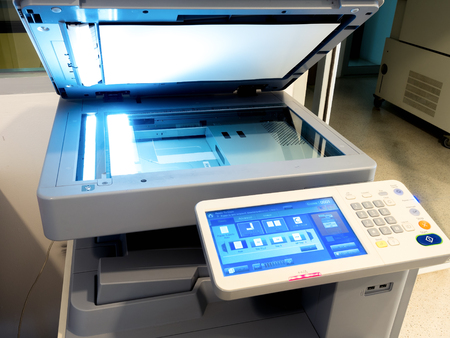 Close-up shot op het werken multifunctionele apparaat, printer scanner, kopieerapparaat.