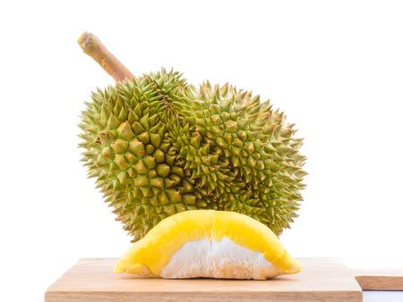 """Durian: trưởng thành trái sầu riêng bị cô lập trên nền trắng, sầu riêng là một loại trái cây có mùi và được gọi là """"vua trái cây""""."""