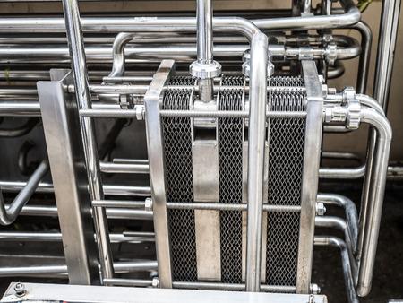 piatto metallico in macchina scambio termico nello stabilimento industriale alimentare