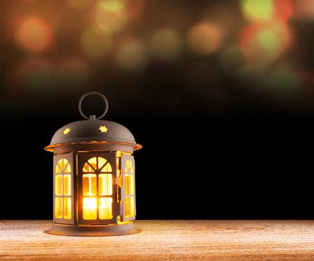 发光在黑暗的天空背景的蜡烛照明设备灯灯笼