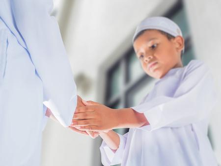 jongens maken begroeting door islamitische stijl handdruk ceremonie evenementen, Eid Mubarak