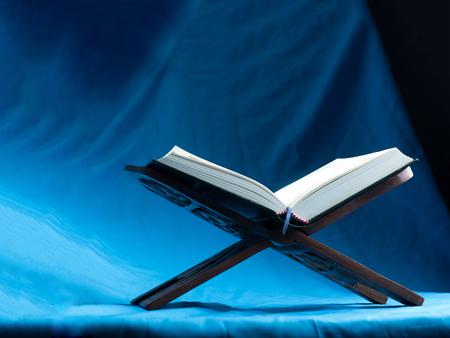 Koran of Kuran, het islamitische heilige boek, op een donkere achtergrond