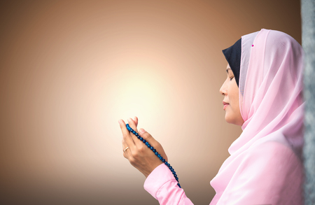 petite fille musulmane: happy muslim woman with full hijab in pink dress , asian traditional style dress praying for Allah, Muslim God Banque d'images
