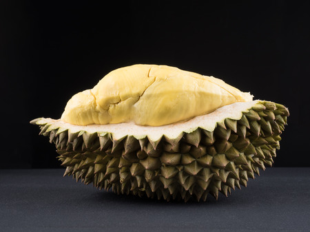 ドリアン、暗い背景、栄養成分の概念とダイエットのために野菜に果物の甘い王様にショットを閉じます。