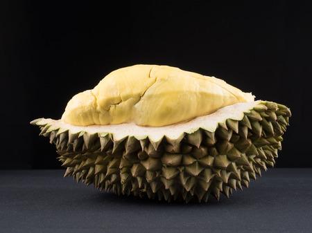 Sluit omhoog geschoten op durian, zoete koning van vruchten op donkere achtergrond, plantaardig voor dieet met het concept van het voedingsingrediënt.