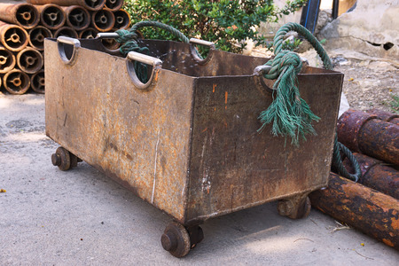 materiales de construccion: Una carretilla oxidada camioneta de materiales de construcci�n