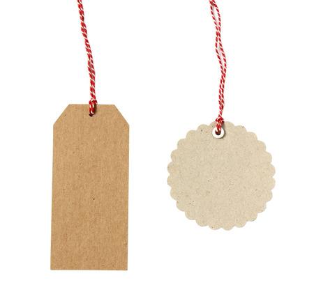 motouz: Prázdné visí na dárky vyrobené z hnědého eko-šetrné kraftového papíru v různých tvarech s červeným provázku - izolovaných na bílém pozadí Reklamní fotografie