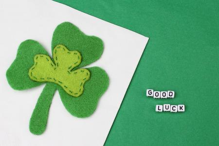 buena suerte: Buena suerte con trébol de tres hojas sobre fondo verde Foto de archivo