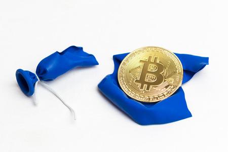 Bitcoin on blue bursting ball. Concept - crash of bitcoin. 免版税图像
