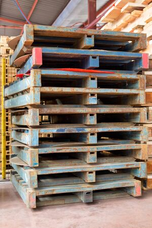 Old rusty metal pallets in production. Banque d'images - 137896011