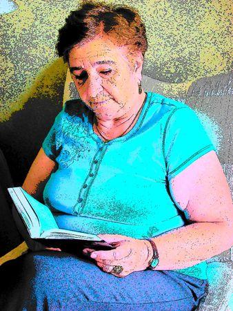 高齢者の読書 写真素材