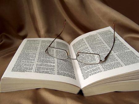 gafas de lectura: abri� la Biblia y gafas de lectura  Foto de archivo
