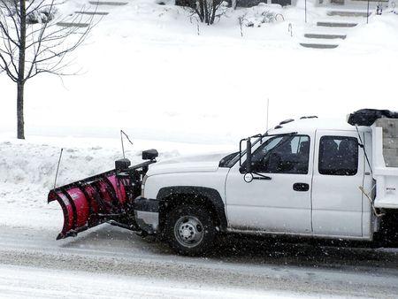 눈을 삭제 빨간색 쟁기 흰색 트럭의 재고 이미지