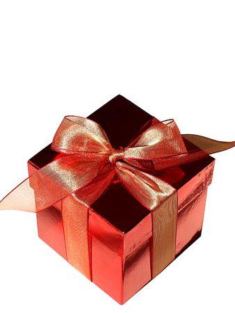 Imagen de una caja de chocolate de color rojo con rojo proa, como un regalo perfecto para Navidad, las vacaciones o el día de San Valentín, más aislado en blanco Foto de archivo