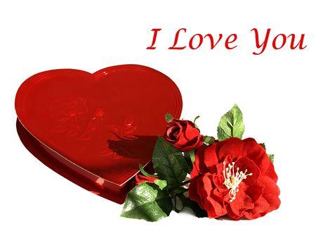Foto di un cuore rosso a forma di scatola di cioccolatini di seta con rose rosse e il testo Ti amo in un tipo di carattere diverso Archivio Fotografico - 4175843