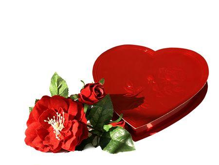 Foto di un cuore rosso a forma di scatola di cioccolatini di seta con rose rosse Archivio Fotografico - 4175840