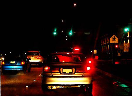 Inkt op aquarel van de remlichten van de auto stopte bij rode verkeerslicht, op een nat en regenachtig nacht Stockfoto