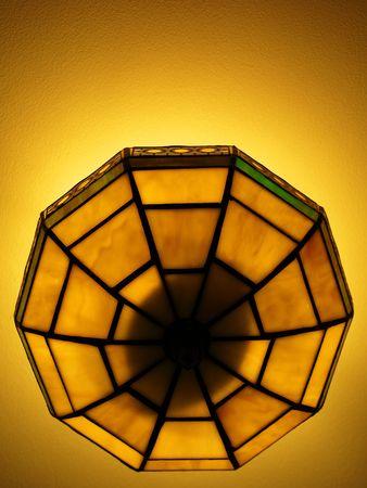Foto van een mooie verlichte Tiffany stijl plafond lamp in warme en heldere kleuren